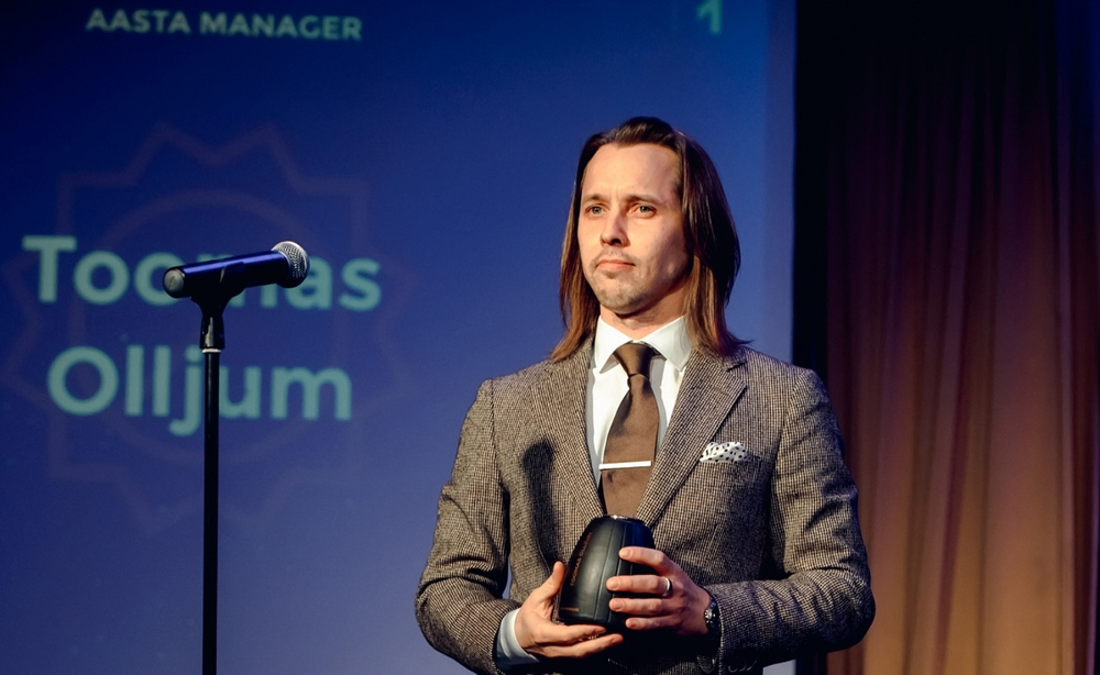 """Toomas Olljum. Võtmas vastu """"Aasta manageri"""" auinda, EMEA gala 2015."""
