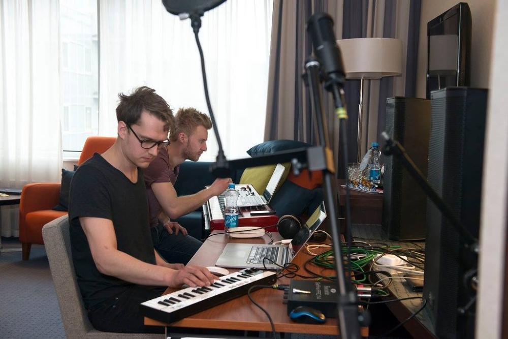 Ewert Sundja ja produtsent Joel Isaksson eelmises Solo Sokos Hotel Estorias toimunud laulukirjutajatelaagris