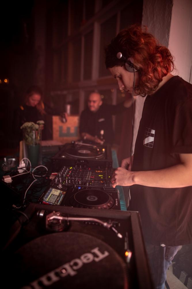 DJ Nikolajevi kell on juba kukkunud, aga bänd ei kipu lavalt lahkuma. Raudseid närve sulle, Robert!