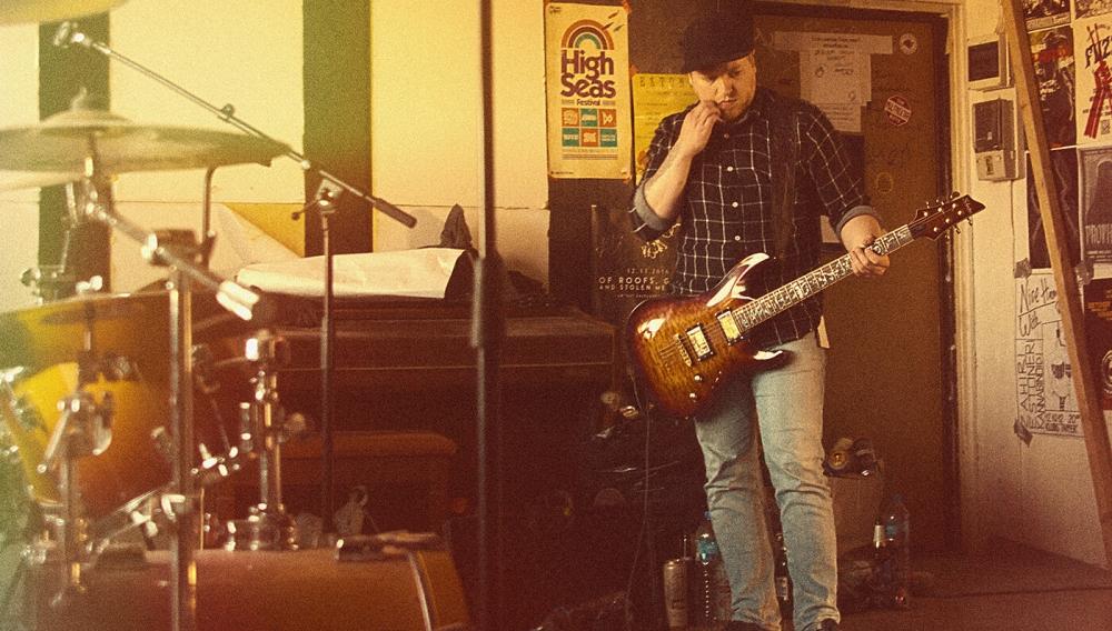 Uute lugude käigud on pannud kitarrist Ralfi elu ja muu seesuguse üle järele mõtlema.