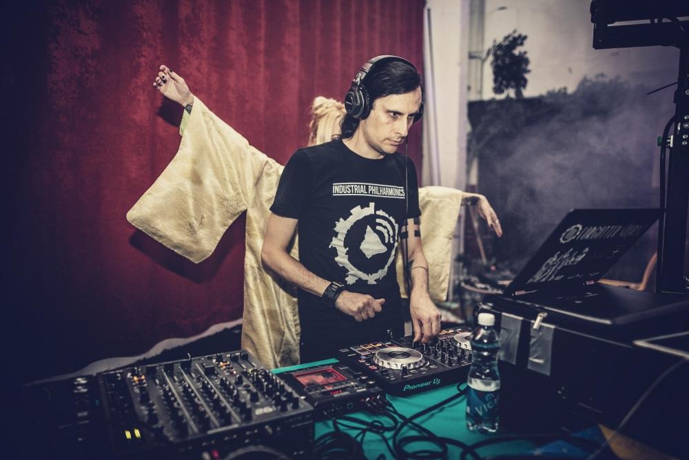 DJ 4-got-10 alustab meeleolu tekitamisega. And he nailed it!