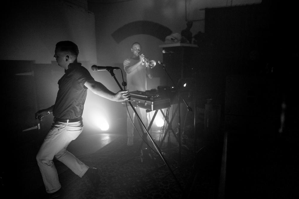 Die Selektion. Esineti duona: vasakul Luca Gillian vokaali ja süntesaatoriga, taamal Hannes Rief trompeti, trummimasina ning süntesaatoriga.