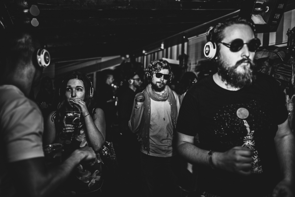 Silent Disco toimub pealtnäha vaikuses - juhtmevabade klappide kaudu jõuab tantsijateni muusika kahelt erinevalt DJ-kanalilt, mille vahel nad ise laveerida tohivad.