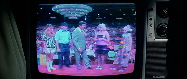 BECHDELI TEST. Korra näeb filmis ka naisi, kui mehaanik Palmer vaatab teleshowd. Palmer oli tegelane, kellega ei soovi kangialuses kohtuda isegi päevasel ajal. Pidevalt pesemata kätega ja teksavestistatud vandenõuteoreetik, kes omas VHS kollektsiooni, mis koosnes linti võetud teleshowdest.