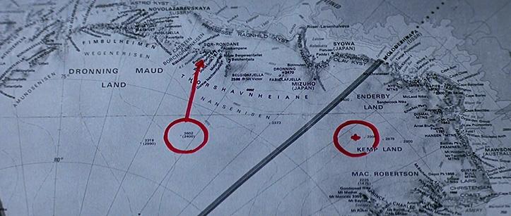 MIDAGI ON MÄDA. Filmist selgub, et edasi-tagasi lend Thule jaama võtab 2 tundi, samuti selgub, et noolega näidatud punktis, viis-kuus miili jaamast, peaks asuma kosmoselaeva vrakk. Meile teada oleva Antarktika mastaapidega võrreldes on jaamade vahe julgelt üle 1000 km, filmi pakutud infost lähtudes alla 50 km. Küsimus jääb, kas filmis kasutatud helikopterid olid väga hea või siis väga viletsa lennuvõimega?