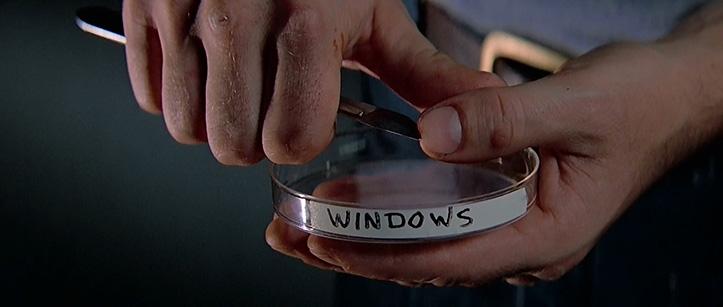 MEHINE VÄRK. Suppi süüakse kahvliga, elutoas tehakse suitsu ja vereproovi võtmiseks kasutatakse skalpelli. Antud juhul soovitakse kontrollida, ega raadiooperaator Windows ei ole nakatunud.