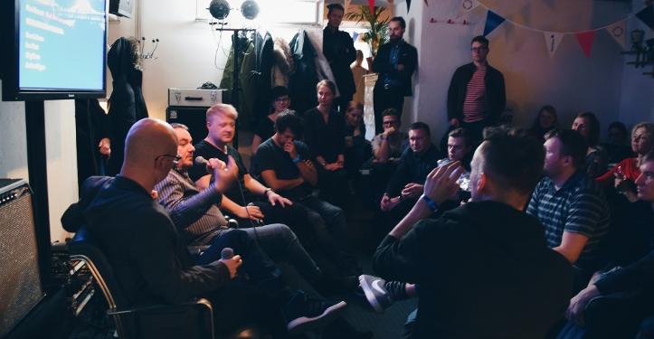 """Ports Eesti laulukirjutajaid - Sven Lõhmus, Ivar Must, Stig Rästa, Andres Kõpper - lahkamas erinevate põlvkondade ideid ja eesmärke ning arutlemas, millal ometi vallutab eestlase kirjutatud hitt Billboardi edetabeli esikoha? """"Laulukirjutajate lahing"""", TMW Talks 2016."""