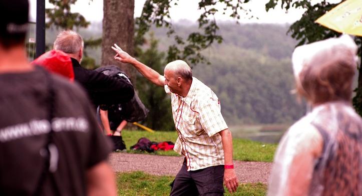 Kui mõni radaline tunneb end juba piisavalt vanana, et lavaees hullamine pole enam tema jaoks, siis härra pildil tõestab, et selliseid mõtteid ei passi vähemalt enne 80ndat eluaastat pähe võtta.