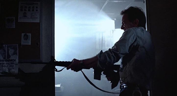 A-RÜHMA MOMENT. Esialgu pidi filmi nimitegelast kehastama Lance Henriksen, kellel tuli siiski leppida politseiseersant Hal Vukovich'i rolliga. Ka tema, nagu ülejäänud jaoskonna kollektiiv ja peale nende kogu actionkino relvastatud statistid kokku, armastab tulistada relva puusalt.