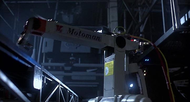 TERMINATOR ISAKODUS. Kui Kubric kattis Kosmoseodüsseia alguses ühe lõikega miljon aastat siis Cameron katab aukartusest märksa lühema aja. Peategelased on pagenud Cyberdyne'i tehasesse. Neid jälitava T-800 peenmanööverdamist võrreldakse vaheldumisi Motoman'i robotkäe kohmakusega. Neid tehnoloogiaid lahutab kõigest 45 aastat.