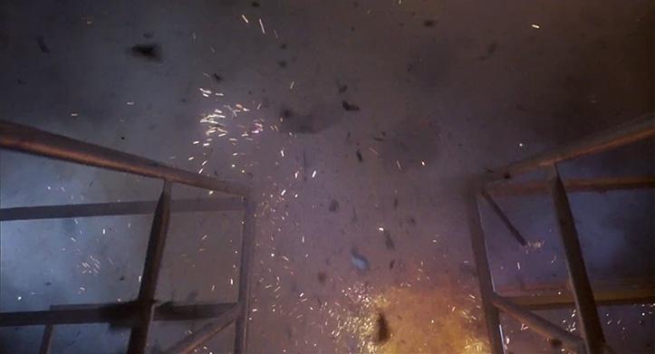 ACTIONKINO MONEYSHOT. Mees jättis raudtoruga vehkimise sinnapaika ja katsetas lõhkeainega. Ettevõtmine kulmineerus Terminator'i pelga kahjustamise ja enda õhku laskmisega. Võimas metafoor kui võtta arvesse, et parasjagu käis külm sõda ja pidev pommihirm oli õhus.