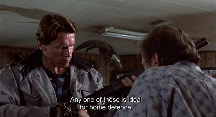 KES ÜTLES, ET TEGU ON APOLIITILISE FILMIGA? Terminator uurib käsimüügis saada olevaid lausa jabura tulejõuga relvi, kaupmees teeb aktiivset müüki sinna kõrvale. Samas stseenis ilmneb bug T-800 tarkvaras, kui ta küsib 84. aastal relvakaupluses 40 vati ringi jäävat plasmarelva.