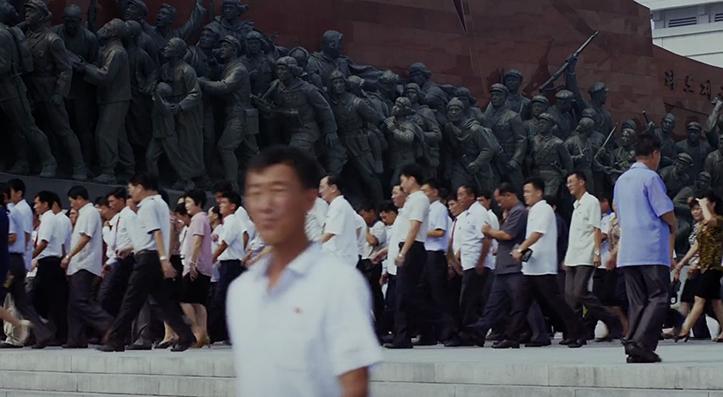 Rituaalne massitseremoonia Põhja-Koreas - poolvabatahtlik paraad Mansu mäel. Kuna jalgpalliülekandeid, rockfestivale ega soodusmüüke seal aset ei leia.