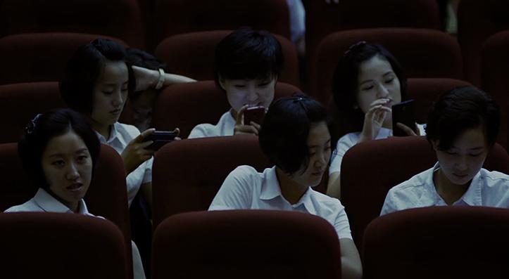 Rahvavabariigi laululapsed nutitelefonides hängimas. Nutitelefon ei ole Pyongyangis ülearu võõras vaatepilt. Aastatel 2004-08 olid mobiiltelefonid riigis keelatud.