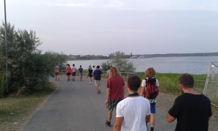 Paarikilomeetrine jalutuskäik telklast festivalialale (saab ka festivalibussiga)