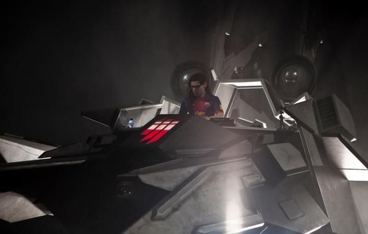 """Skrillex oma kosmoselaevas """"play"""" nuppu vajutamas."""