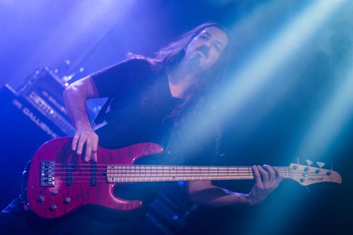 Bryan Beller. Kui Satriani lavale astus, asusid kõik fotograafid kohe teda pildistama. Ega ma ei olnud siin ka erand. Aga kuidagi suutsin selle aja sees ka teistest mõned pildid teha.