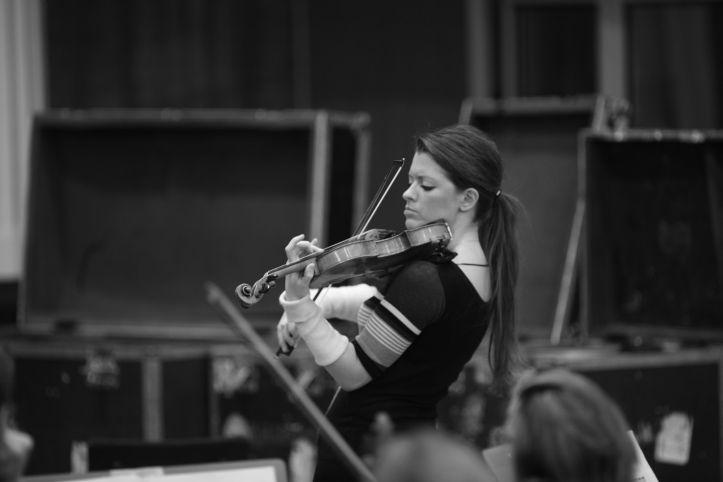 Anna-Liisa Bezrodny on mitmete rahvusvaheliste konkursside ja preemiate laureaat, üks olulisim neist on Londoni Guildhall kooli kuldmedal (2006), mille on omal ajal võitnud ka maailmakuulus tšellist Jaqueline du Pre. Novembris esines ta just kolme kontserdiga Poolas.