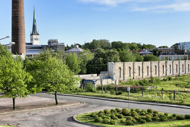 Vaade Kultuurikatla Aiale ja aiatagusele, Linnahalli katuselt.