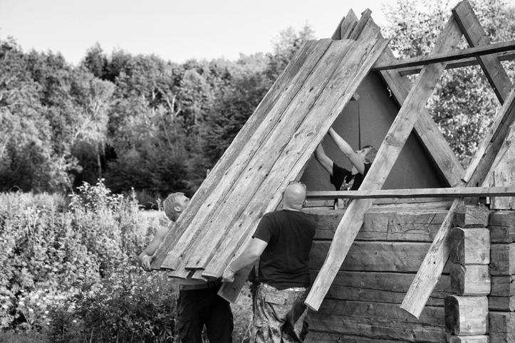 Festivali jõeäärne saun - mille korsten peale katuse paigaldamist kohe ka suitsema hakkas.