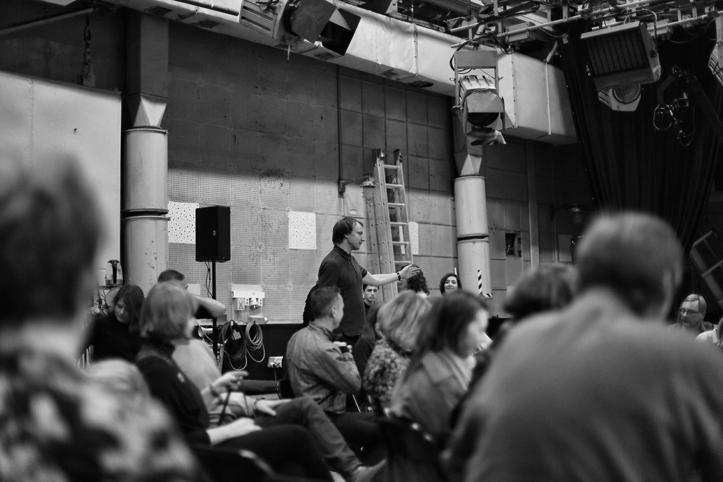 Üle Heli Festivali peakorraldaja Aivar Tõnso palub publikul lava asetuse ümbersättimise ajaks stuudiosaalist lahkuda