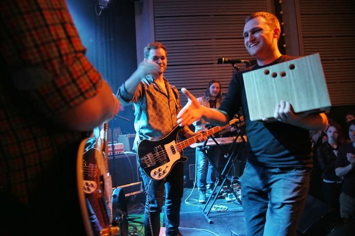 """Ivo Kiviorg annab üle 1. koha auhinna, Ans. Anduri muusik Gert """"Paju"""" Pajuväli võtab selle muheledes vastu."""