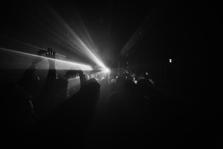 Üks lugu esitati ka rahvamassi sees: selleks hüppas kogu bänd lavalt maha.