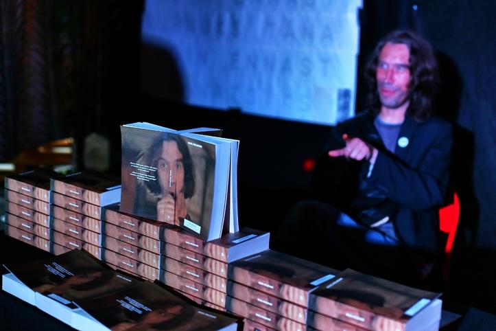 IT-taustaga Raul Velbaum raamatumüüri taga.