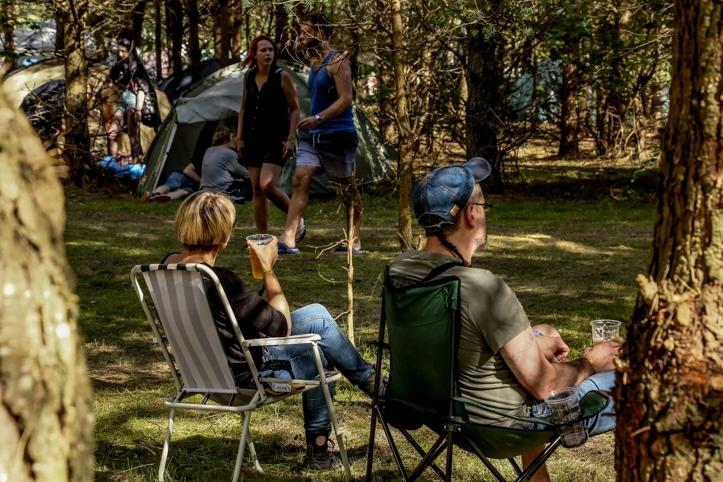 Meeleolu lisas see, et oma lemmikute kuulamiseks oldi kohad sisse võetud ka puude alla. Kui mõnele meeldib metsa poole olla, siis Devilstone festival on koht, kus sind igal juhul aksepteeritakse.