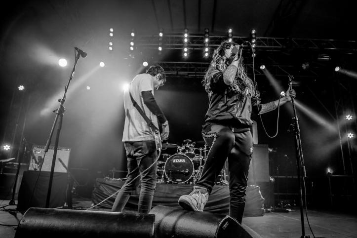 Tempers esines ka mõni aeg tagasi Eestis, klubis Rockstar's. Mingi tehniline jama oli neil olnud tol korral ja oli ka Devilstonel. Mina õnneks hängisin enamjaolt publiku ja lava vahelises sopis ja monitoridest tuli ilmselt õige heli läbi.