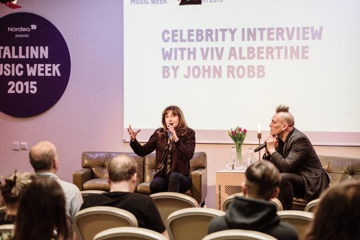 Viv Albertine vestlemas konverentsil John Robbiga