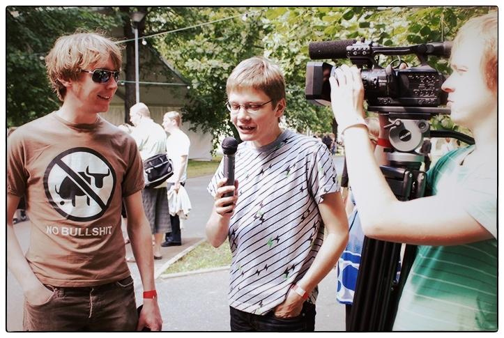 """Festival Plink Plonk aastal 2008. Silver Lepikut intervjueerib kultuurireporter Mart """"Küberkaru"""" Niineste."""