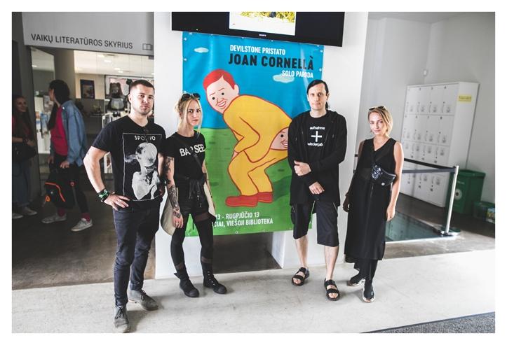 Kuna Joan Cornellàt ennast kohal polnud siis pidime poseerima koos plakatiga.