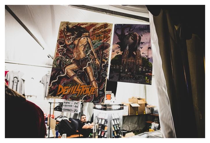 Devilstone posterid on alati ägeda kujundusega. Eelmise aasta postril oli kujutatud veidi pisem põlev kirik, sel aastal siis palja preiliga plaque, mille kõrval ka kohaliku linnakese püha Mattiuse kahetorniline... hetk enne kivimürakaga muljumist.