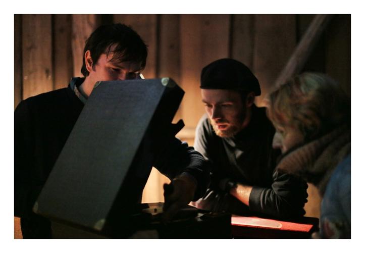 Vaiko Eplik näitab oma töökorras vanavara: elektrikannel ja vändagrammafon on Edmund Hõbeda jaoks justkui kassidele palderjan.