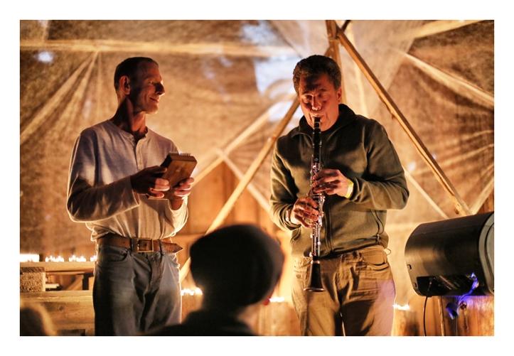 """Another Fine Day: Tom Green ja klarnetimängija, kellega Tom eelmisel õhtul Kukemuru Festivali sauna ja lõkkeplatsi vahel juttu oli ajanud. Seal oli ka toimunud esimene """"peaproov"""" ning seejärel otsustati, et võiks ühe loo koos teha. Mõeldud, tehtud."""