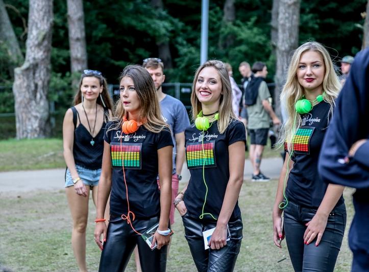 Need tüdrukud soovisid kogu aeg mu autogrammi, aga kahjuks ma ei osanud neile Leedu keeles öelda, et ma pole ühegi bändi liige, kes sel aastal esineb. Pidin nad pika ninaga jätma.
