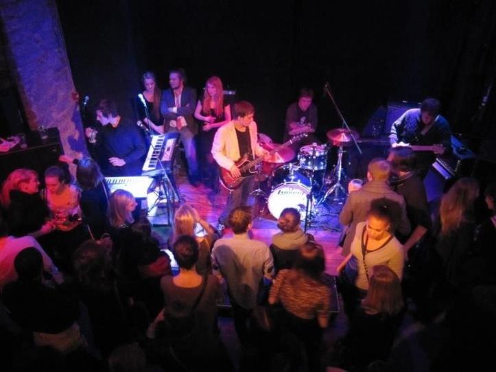 """Esimestel """"Leace & Pove"""" kontsertidel ronis lavale ka Mihkel ise (fotol keskel, valges pintsakus). Eks ikka selleks, et ansamblis Pink Elephant kitarri täristada."""