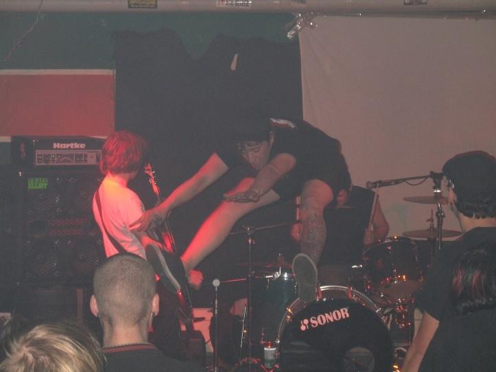Tundmatu noor hardcorebänd Saksamaa piiri lähedases pisikeses alternatiivklubis