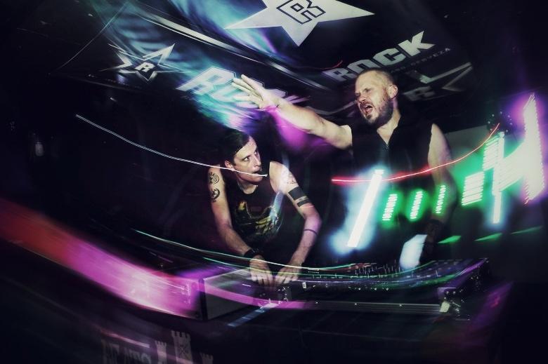 Hetkel puldis: DJ 4-got-10 ja DJ K-109 (Syn/\psi, FIN)